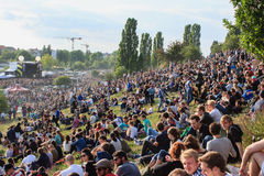 Molta gente in parco ammucchiato (Mauerpark) a fete de la musique immagine stock