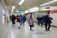Molta gente sulla stazione ferroviaria del sottopassaggio a Tokyo, Giappone Immagine Stock Libera da Diritti