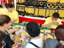 Molta gente tailandese sta facendo la coda per comprare l'oro in HUA Seng Heng che immagine stock