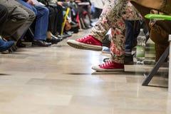 Molta gente in una sala di attesa Fotografia Stock