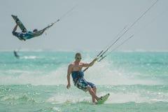 Molta gente va Kitesurfing su Zanzibar tanzania fotografia stock libera da diritti