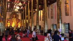 Molta gente in Wat Jedi Luang, stock footage