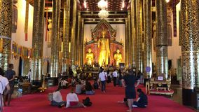 Molta gente in Wat Jedi Luang, video d archivio