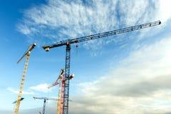 Molte alte gru a torre lavorano alla costruzione di nuove case Fotografie Stock