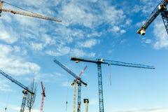 Molte alte gru a torre lavorano a costruzione di nuove case Fotografia Stock