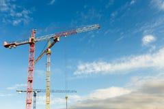 Molte alte gru a torre lavorano a costruzione di nuovi edifici Fotografia Stock Libera da Diritti