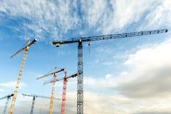 Molte alte gru a torre lavorano a costruzione di nuovi edifici Immagine Stock Libera da Diritti