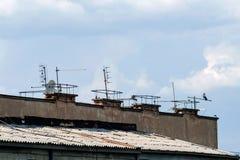 Molte antenne sul tetto della costruzione Fotografia Stock