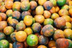 Molte arance sono disposte su un panno nero Preso dalla cima fotografia stock