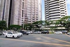 Molte automobili di lusso funzionano sulla via di Ayala a Manila, le Filippine immagine stock libera da diritti