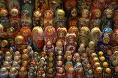 Bambole di Matryoshka del Russo in sarafan Fotografie Stock Libere da Diritti