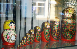 Molte bambole russe tradizionali di matryoshka Fotografia Stock