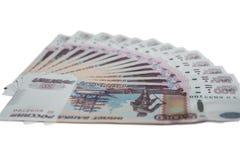 Molte 500 banconote della Banca della Russia su una spina dorsale bianca delle rubli russe del fondo di cinquecento rubli Immagine Stock