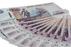 Molte 500 banconote della Banca della Russia su una spina dorsale bianca delle rubli russe del fondo di cinquecento rubli Fotografia Stock