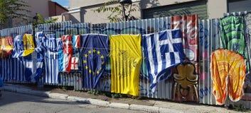 Molte bandiere da vendere sul mercato delle pulci di Monastiraki a Atene, Grecia fotografia stock libera da diritti
