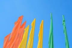 Molte bandiere variopinte sopra il cielo blu Immagine Stock