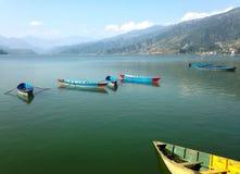 Molte barche e montagna sul lago Pheva Fotografie Stock Libere da Diritti