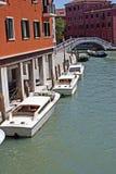 Molte barche sul canale di Venezia immagine stock libera da diritti