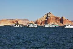 Molte barche turistiche che navigano nelle acque tempestose Fotografia Stock Libera da Diritti