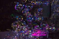 Molte belle di bolle colorate multi Manifestazione festiva immagini stock