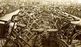 Molte bici parcheggiate Fotografia Stock