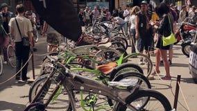 Molte biciclette insolite differenti stanno nella linea sulla via Giorno di estate pieno di sole Riunione dei motociclisti La gen video d archivio