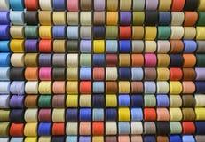 Molte bobine dei fili differenti come fondo Immagini Stock