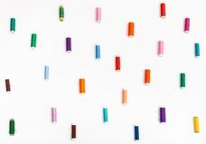 Molte bobine del filato cucirino su bianco Immagine Stock Libera da Diritti