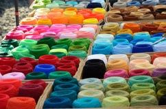 Molte bobine varicolored del filo all'aperto Immagine Stock
