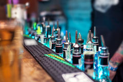 Molte bottiglie con le bevande alcoliche sul contatore della barra Fotografia Stock Libera da Diritti