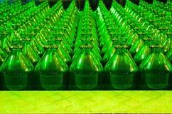 Molte bottiglie di vetro verdi Immagine Stock