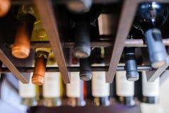 Molte bottiglie di vino sugli scaffali del vino Fotografia Stock Libera da Diritti