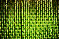 Molte bottiglie hanno ordinato insieme la compilazione estrema delle birre di Heineken fotografia stock libera da diritti