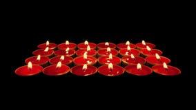 Molte candele di rosso sul supporto archivi video