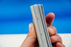 Molte carte a disposizione si chiudono su fotografia stock