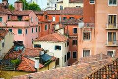 Molte case con i tetti piastrellati Immagine Stock