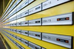 Molte cassette delle lettere in una fila Fotografia Stock