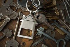 Molte chiavi differenti su legno Fotografie Stock Libere da Diritti
