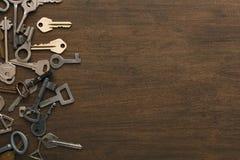 Molte chiavi differenti su legno Fotografia Stock Libera da Diritti