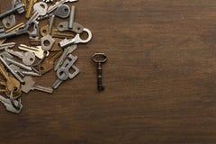 Molte chiavi differenti su legno Immagine Stock