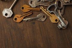 Molte chiavi differenti su legno Immagini Stock Libere da Diritti