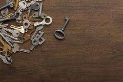 Molte chiavi differenti su legno Fotografia Stock