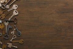 Molte chiavi differenti su legno Immagini Stock