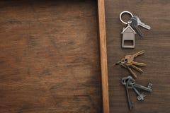 Molte chiavi differenti sul vassoio di legno Fotografie Stock