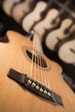 Molte chitarre classiche che appendono sulla parete nel negozio Fotografie Stock