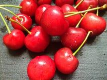 Molte ciliegie sulla tavola di legno Fotografia Stock
