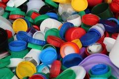 Molte cime variopinte di plastica delle bottiglie di plastica Immagine Stock