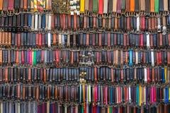 Molte cinghie di cuoio colorate su un mercato Fotografie Stock