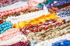 Molte collane decorative fatte delle pietre variopinte Immagine Stock