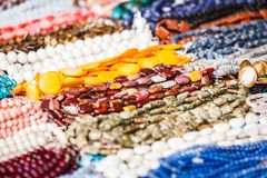 Molte collane decorative fatte delle pietre variopinte Immagini Stock Libere da Diritti